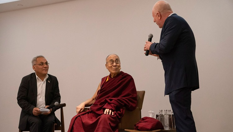 Bobby Sager eröffnet den Dialog zwischen Seiner Heiligkeit dem Dalai Lama und den Youth Global Leader. In Neu Delhi, Indien am 7. April 2019. Foto: Tenzin Choejor